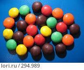 Купить «Разноцветные, глазированные, круглые конфеты на синем фоне», фото № 294989, снято 18 мая 2008 г. (c) Заноза-Ру / Фотобанк Лори