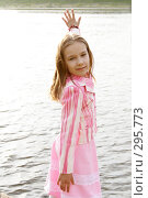 Портрет девочки у реки. Стоковое фото, фотограф Варвара Воронова / Фотобанк Лори