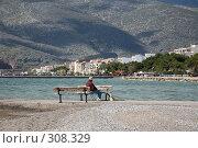 Купить «Побережье Греции. Мужчина сидит на скамейке», фото № 308329, снято 10 марта 2008 г. (c) Gagara / Фотобанк Лори