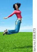 Девушка прыгает в поле. Стоковое фото, фотограф Анатолий Типляшин / Фотобанк Лори