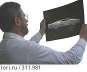 Купить «Врач держит на просвет лист рентгеновского снимка автомобиля», фото № 311981, снято 16 августа 2018 г. (c) griFFon / Фотобанк Лори