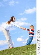 Купить «Мама играет с сыном на фоне неба», фото № 312025, снято 14 мая 2008 г. (c) Андрей Щекалев (AndreyPS) / Фотобанк Лори