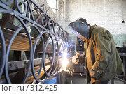 Купить «Сварщик варит арматуру», эксклюзивное фото № 312425, снято 15 августа 2007 г. (c) Дмитрий Неумоин / Фотобанк Лори