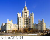 Купить «Высотное здание в Москве», фото № 314161, снято 17 августа 2018 г. (c) Михаил Лукьянов / Фотобанк Лори