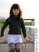 Девочка сидит на заборе (2008 год). Редакционное фото, фотограф Варвара Воронова / Фотобанк Лори