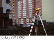 Купить «Работа теодолита на строительной площадке», фото № 315065, снято 8 июня 2008 г. (c) Владимир Казарин / Фотобанк Лори