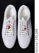 Купить «Белые туфли на черном фоне», фото № 315249, снято 29 мая 2007 г. (c) Илья Лиманов / Фотобанк Лори
