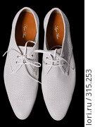 Купить «Белые туфли на черном фоне», фото № 315253, снято 29 мая 2007 г. (c) Илья Лиманов / Фотобанк Лори