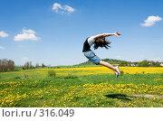 Купить «Прыгающая на лугу девушка», фото № 316049, снято 9 мая 2008 г. (c) Ирина Игумнова / Фотобанк Лори