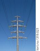 Купить «Высоковольтная вышка с проводами на фоне чистого неба», фото № 319021, снято 11 июня 2008 г. (c) Елена Селезнева / Фотобанк Лори