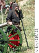 Купить «Пожилой мужчина в кольчуге готовится стрелять из старинной пушки», фото № 320133, снято 7 августа 2005 г. (c) Виктор Филиппович Погонцев / Фотобанк Лори