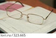 Купить «Очки лежат на блокноте в офисе», фото № 323665, снято 29 марта 2008 г. (c) Останина Екатерина / Фотобанк Лори