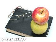 Купить «Очки и яблоко находятся на книге», фото № 323733, снято 28 апреля 2008 г. (c) Останина Екатерина / Фотобанк Лори