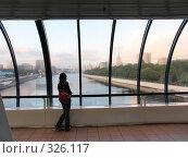 "Купить «Задумчивая девушка на мосту ""Багратион""», фото № 326117, снято 11 августа 2006 г. (c) Дмитрий Яковлев / Фотобанк Лори"
