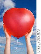 Купить «Красный шар в руках ребенка на фоне неба», фото № 329873, снято 10 марта 2008 г. (c) Вадим Пономаренко / Фотобанк Лори