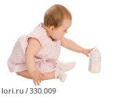 Купить «Маленькая девочка тянется к бутылке с молочной смесью», фото № 330009, снято 9 мая 2008 г. (c) Вадим Пономаренко / Фотобанк Лори