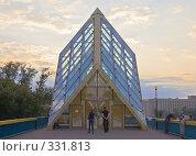 Купить «Вход на крытый пешеходный Андреевский мост», фото № 331813, снято 21 июня 2008 г. (c) Эдуард Межерицкий / Фотобанк Лори