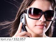 Девушка в очках от солнца разговаривает по мобильному телефону. Стоковое фото, фотограф chaoss / Фотобанк Лори