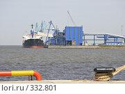Купить «Погрузка, разгрузка корабля», фото № 332801, снято 6 июня 2008 г. (c) Vladimir Kolobov / Фотобанк Лори