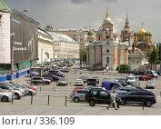 Купить «Москва. Вид на улицу Варварка от стен Кремля», фото № 336109, снято 25 июня 2008 г. (c) Julia Nelson / Фотобанк Лори