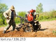 Купить «Весенняя пахота. Рыхление земли при помощи мотоблока», фото № 336213, снято 18 мая 2008 г. (c) Евгений Захаров / Фотобанк Лори