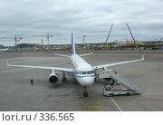 Купить «Самолет в аэропорту Внуково. Москва», фото № 336565, снято 10 июня 2008 г. (c) Юлия Селезнева / Фотобанк Лори