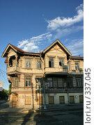 Купить «Петродворец, городской пейзаж. Деревянный дом», фото № 337045, снято 12 июня 2008 г. (c) Александр Секретарев / Фотобанк Лори