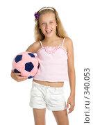 Купить «Девочка держит в руках розовый футбольный мяч», фото № 340053, снято 28 июня 2008 г. (c) Вадим Пономаренко / Фотобанк Лори