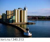 Купить «Грузовой порт Иштад. Швеция.», фото № 340313, снято 15 августа 2018 г. (c) Наталья Ткаченко / Фотобанк Лори