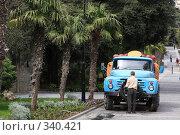 Купить «Авто мойка на улицах Ялты», эксклюзивное фото № 340421, снято 24 апреля 2008 г. (c) Дмитрий Неумоин / Фотобанк Лори