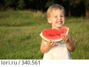 Купить «Девочка ест арбуз», фото № 340561, снято 19 июля 2018 г. (c) Losevsky Pavel / Фотобанк Лори