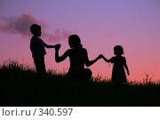 Купить «Силуэты матери и детей», фото № 340597, снято 7 июля 2020 г. (c) Losevsky Pavel / Фотобанк Лори