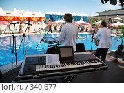 Купить «Музыканты с саксофоном и синтезатором у бассейна», фото № 340677, снято 20 марта 2019 г. (c) Losevsky Pavel / Фотобанк Лори