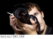 Купить «Мужчина-фотограф на черном фоне», фото № 341169, снято 3 мая 2008 г. (c) Сергей Сухоруков / Фотобанк Лори