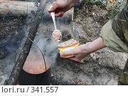 Приготовление пищи в котелке на костре. Стоковое фото, фотограф Круглов Олег / Фотобанк Лори