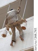 Купить «Маляр красит стену белой краской», фото № 344741, снято 30 апреля 2005 г. (c) Галина Михалишина / Фотобанк Лори