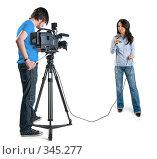 Оператор и  девушка корреспондент, изолировано на белом фоне. Стоковое фото, фотограф Андрей Зык / Фотобанк Лори