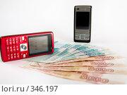 Купить «Телефоны с денежными купюрами», фото № 346197, снято 11 августа 2018 г. (c) Илья Благовский / Фотобанк Лори