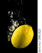 Купить «Свежий лимон в воде на черном фоне с воздушными пузырьками», фото № 349821, снято 7 июля 2008 г. (c) Мельников Дмитрий / Фотобанк Лори
