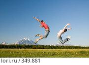 Купить «Молодые девушка и юноша прыгают в поле», фото № 349881, снято 13 июня 2008 г. (c) Ирина Игумнова / Фотобанк Лори