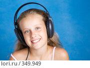 Купить «Девочка слушает музыку в наушниках», фото № 349949, снято 28 июня 2008 г. (c) Вадим Пономаренко / Фотобанк Лори