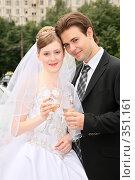 Купить «Жених с невестой», фото № 351161, снято 19 августа 2018 г. (c) Losevsky Pavel / Фотобанк Лори