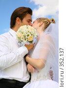 Купить «Жених, невеста, поцелуй, цветы на фоне голубого неба», фото № 352137, снято 20 января 2019 г. (c) Losevsky Pavel / Фотобанк Лори