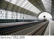 Купить «Поезд прибывает на железнодорожную станцию», фото № 352209, снято 20 февраля 2019 г. (c) Losevsky Pavel / Фотобанк Лори