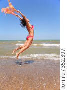 Купить «Девушка прыгает с шарфом», фото № 352397, снято 15 ноября 2019 г. (c) Losevsky Pavel / Фотобанк Лори
