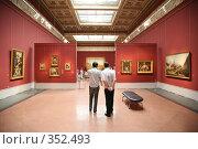 Купить «Посетители в музее», фото № 352493, снято 19 октября 2018 г. (c) Losevsky Pavel / Фотобанк Лори