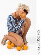Купить «Блондинка с апельсинами», фото № 352705, снято 4 июля 2008 г. (c) Михаил Мандрыгин / Фотобанк Лори