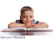 Купить «Улыбающийся мальчик с книжкой», фото № 352833, снято 7 июля 2007 г. (c) Гладских Татьяна / Фотобанк Лори