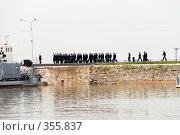 Купить «Экипаж. Военные моряки возвращаются на корабль. Кронштадт.», эксклюзивное фото № 355837, снято 29 июня 2008 г. (c) Александр Щепин / Фотобанк Лори