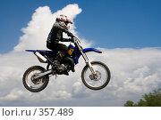 Купить «Мотоцикл на фоне неба», фото № 357489, снято 6 июля 2008 г. (c) Евгений Батраков / Фотобанк Лори